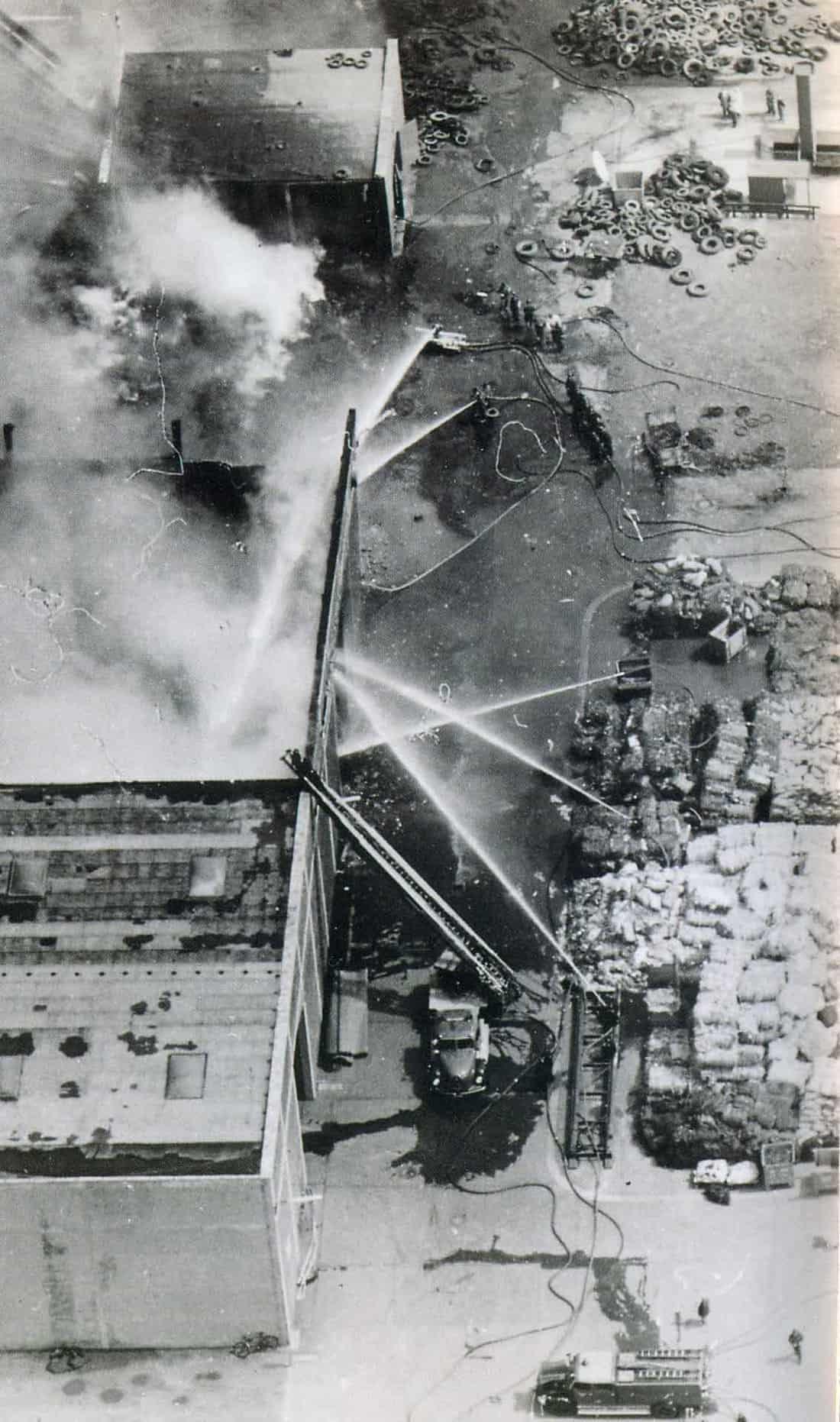 Bei mehreren Großbränden muss die Feuerwehr anrücken.