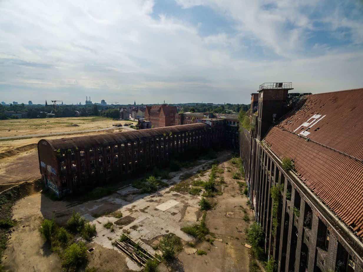 Einige der alten Gebäude stehen noch auf dem Gelände.