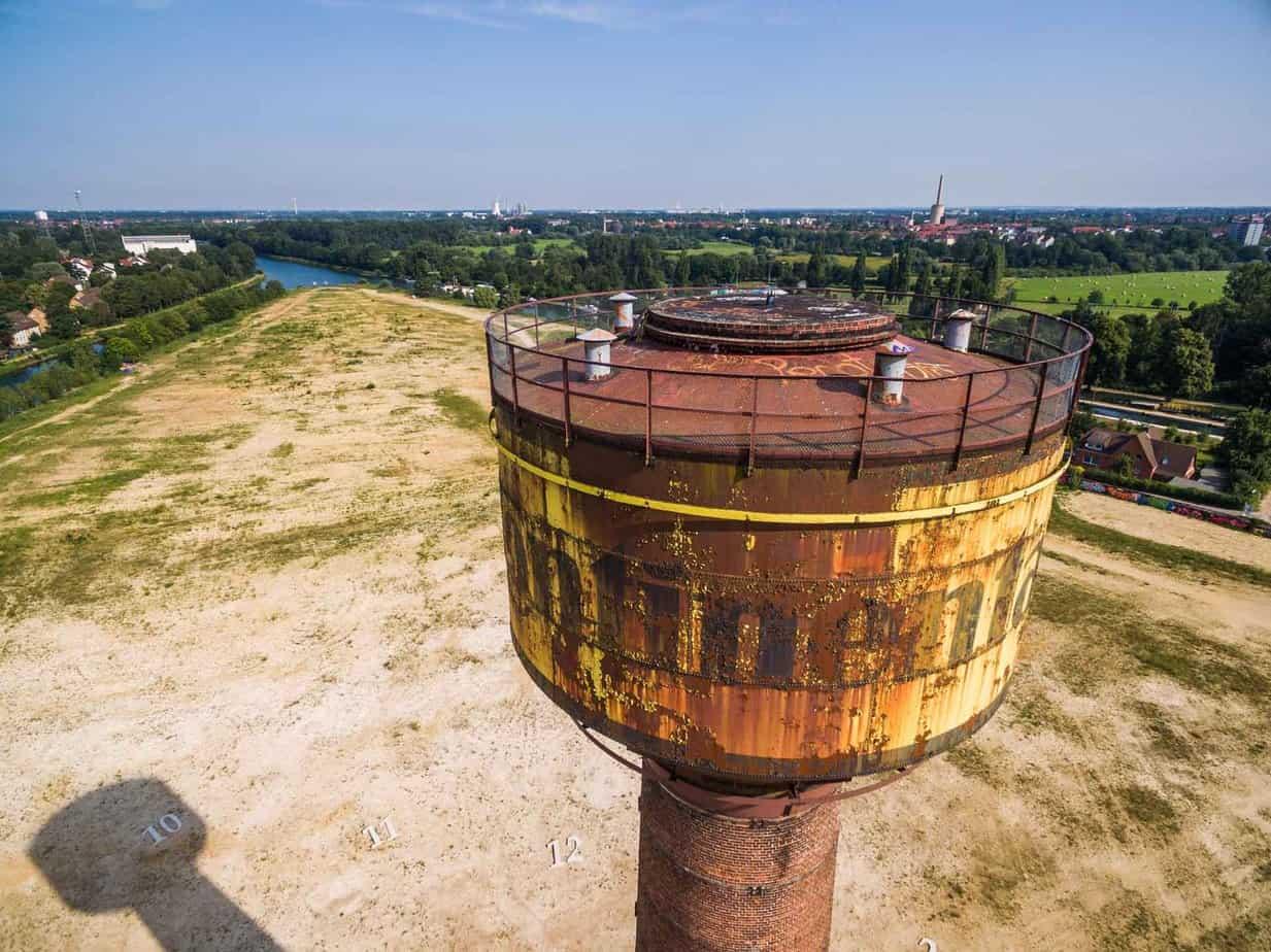 Der markante Conti-Wasserturm auf dem zukünftigen Wasserstadtgelände.