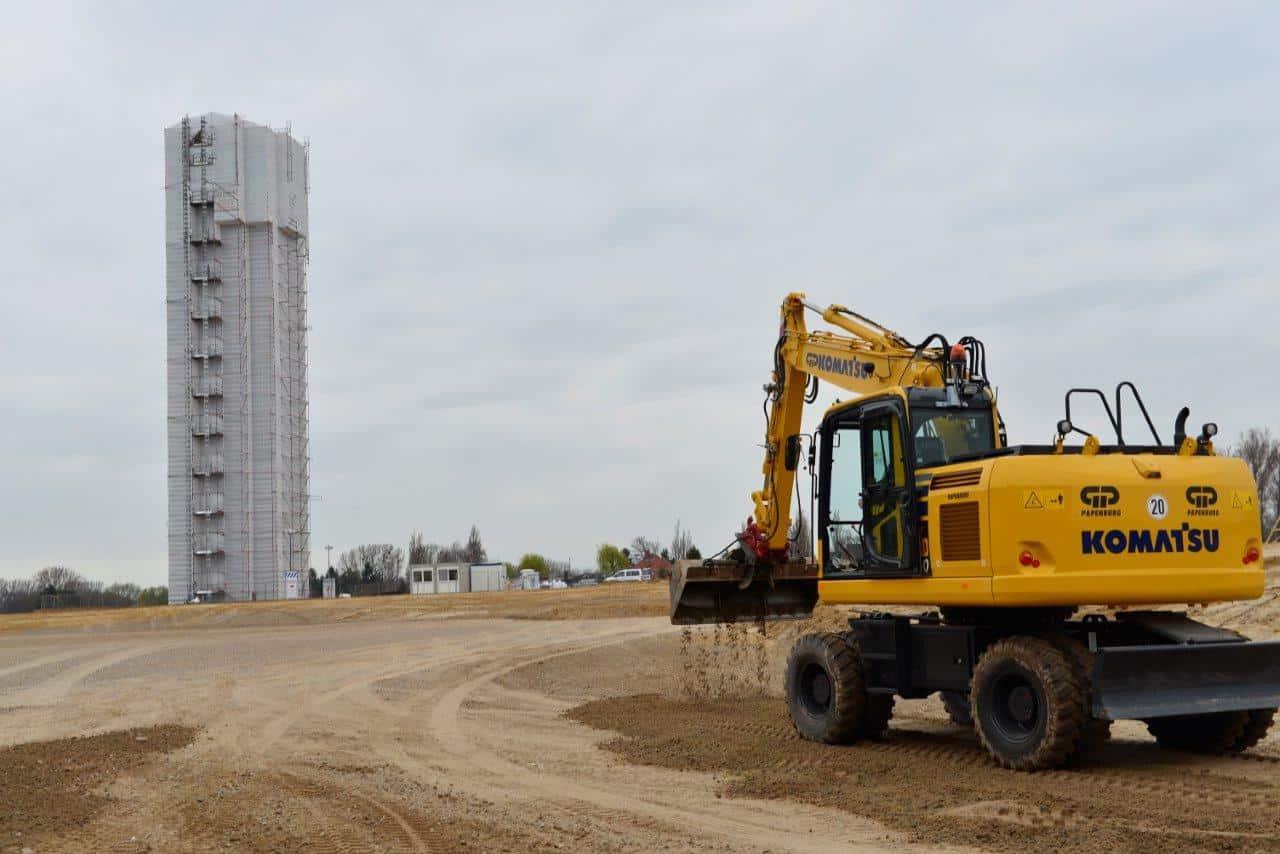 Der Bauplatz wird Tag und Nacht von zwei Videokameras beobachtet.