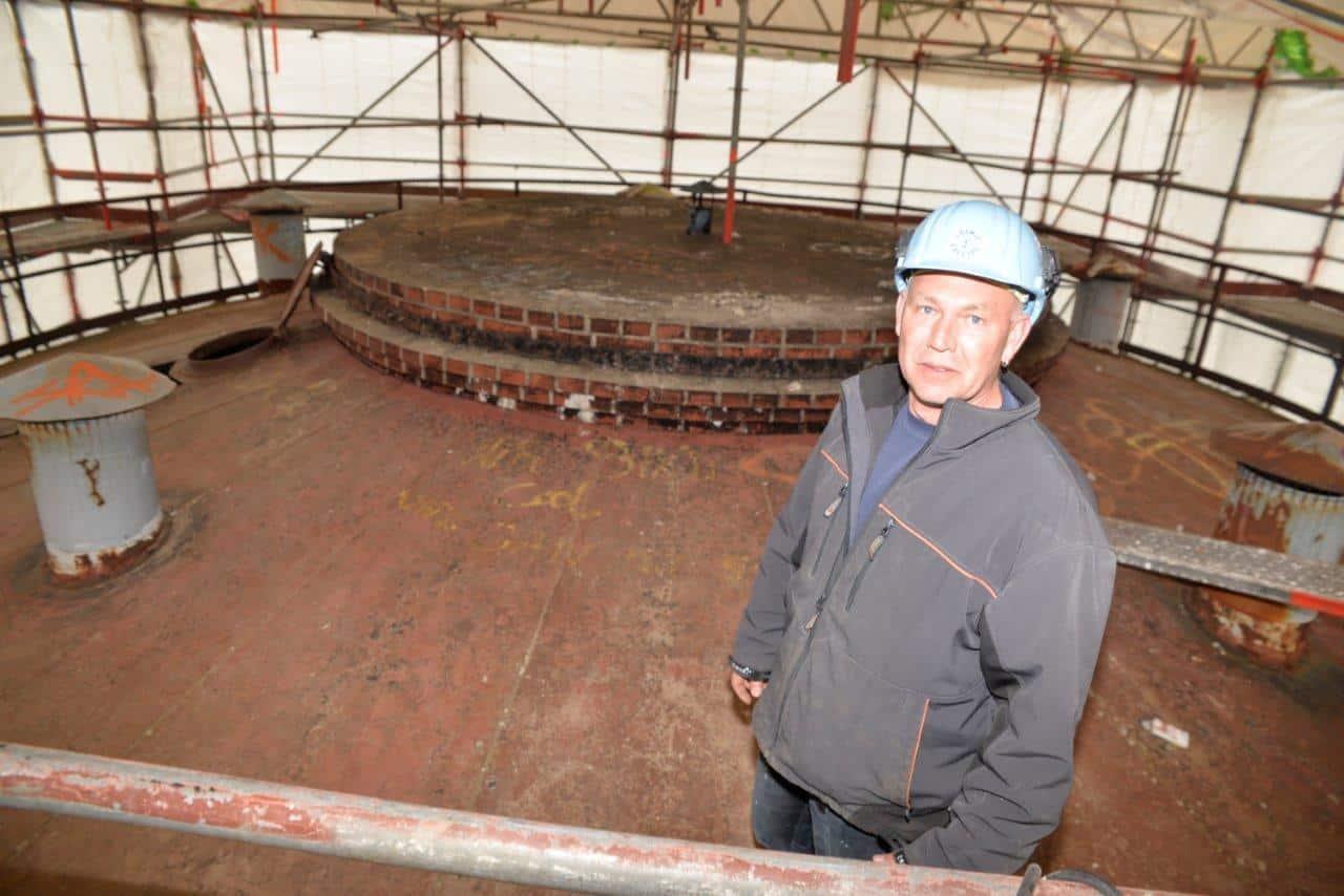 Projektleiter Peter Tacke ist fast täglich auf dem verhüllten Conti-Turm.