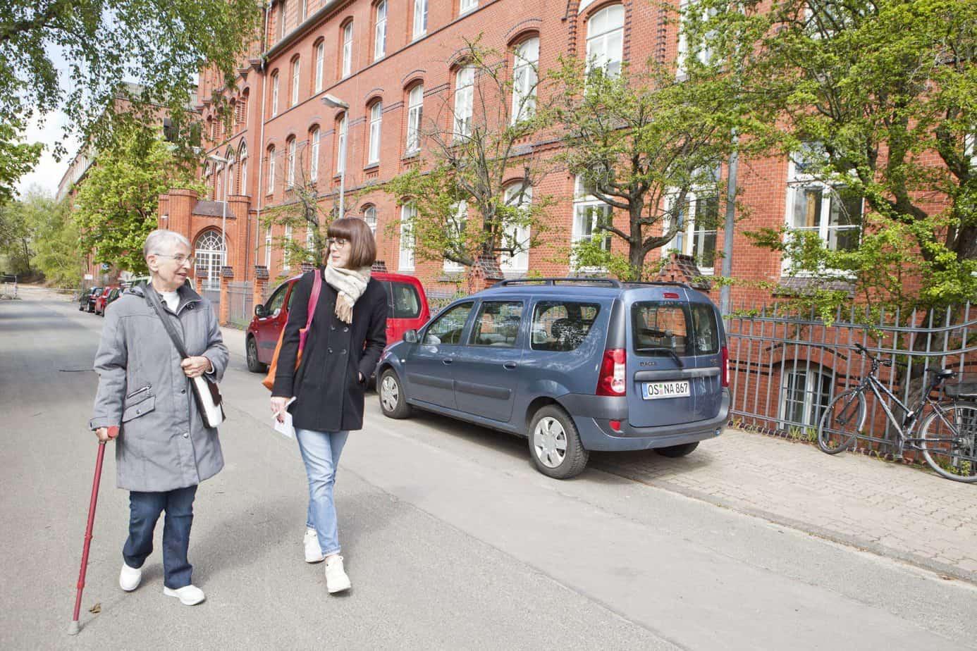 HAZ-Volontärin Linda Tonn macht mit der ehemaligen Conti-Mitarbeiterin Helgard Gross einen rundgang über das alte Conti-Gelände.