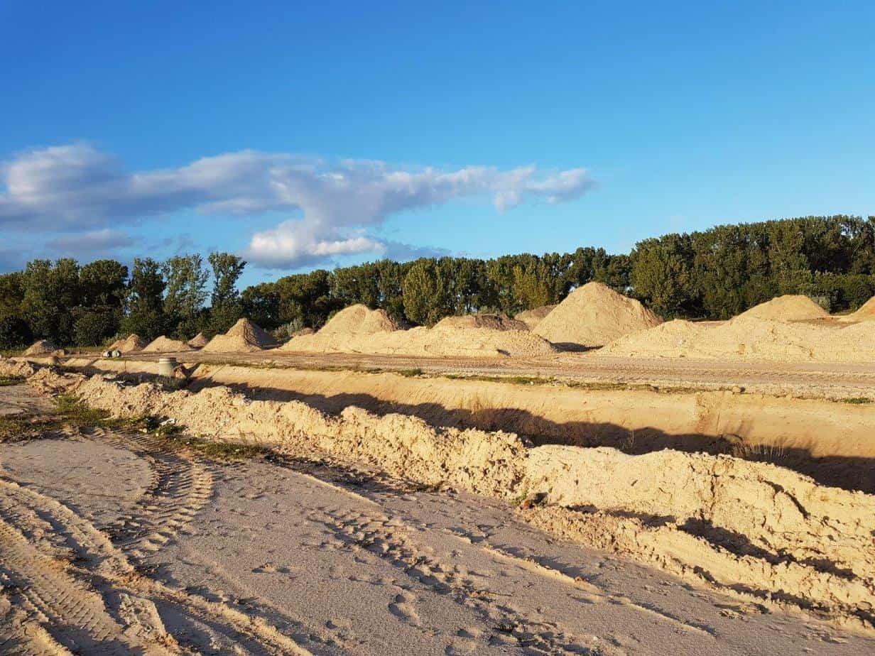 Überall liegen große und kleine Sand- und Kiesberge auf der Fläche des ersten Bauabschnitts.
