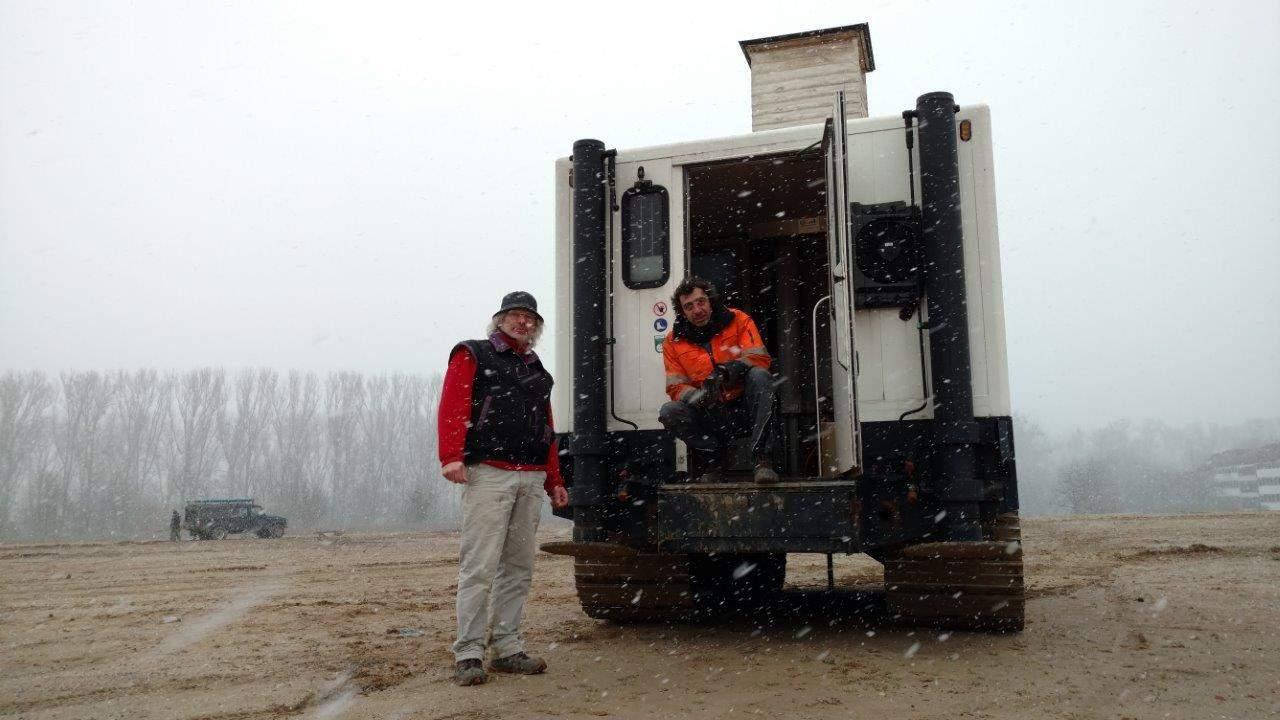Ralf Rauscher (links) und Amir Grudic erkunden für das Geotechnik-Büro Witt und Partner den Boden unter der Wasserstadt. Foto: Moers